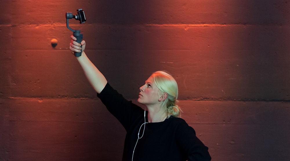 Salome Kuster von Smovie Film filmt mit einem Gimbal